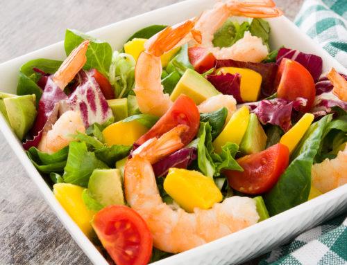 Salată veselă cu avocado, mango și creveți